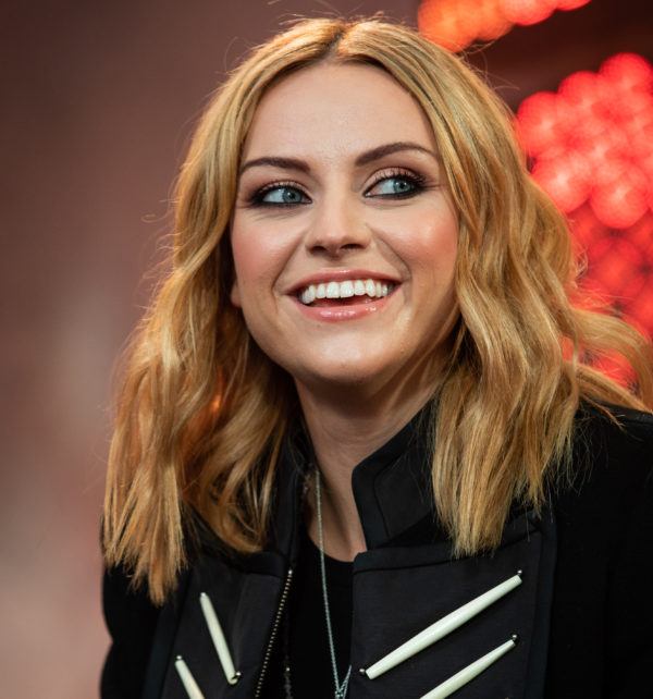 Amy Macdonald fonds en larmes devant le documentaire « Odd One Out » de Jesy Nelson