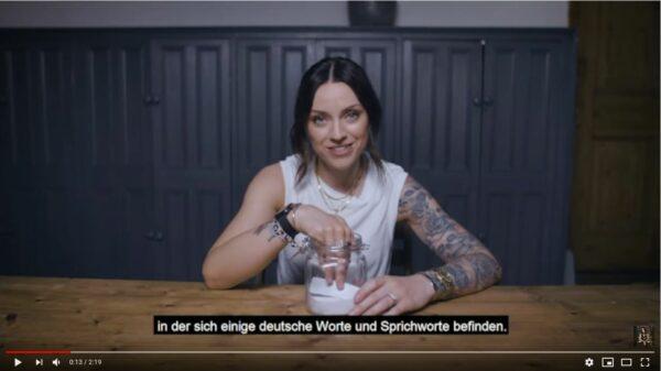 Amy Macdonald essaie de deviner le sens d'une série de mots allemands…